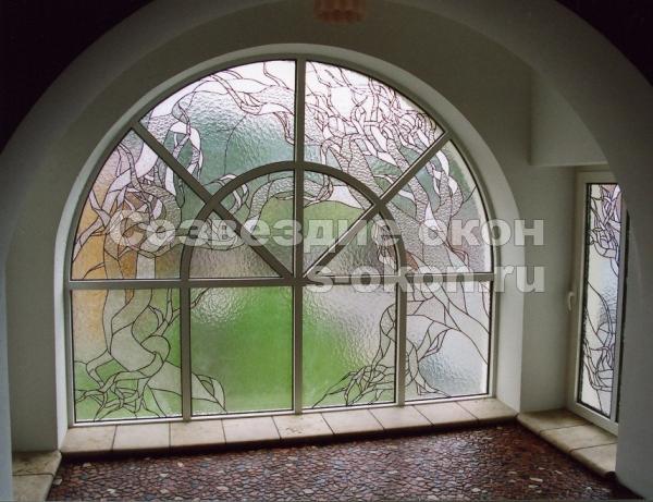 Окна с декоративными стеклопакетами позволяют играть со светом
