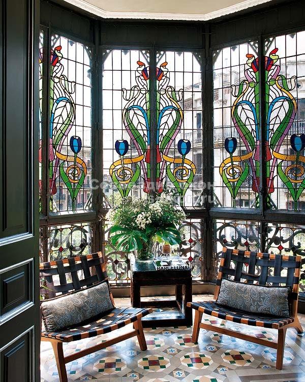 Окнами с  витражами можно оформить замечательный эркер и приглашать гостей на кофе