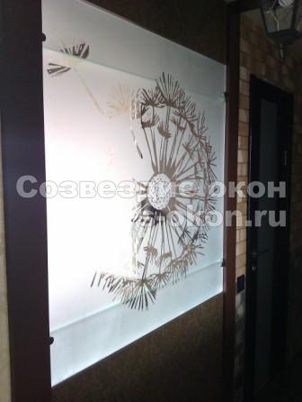 Декоративные окна можно оснастить стеклами любой фактуры