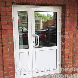 Пластиковая дверь со стеклом фото
