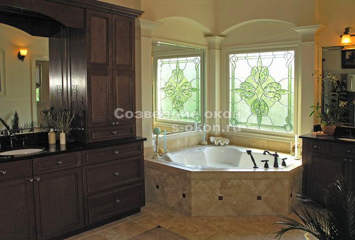 Окна с  витражами: ванна в разукрашенных солнечных лучах