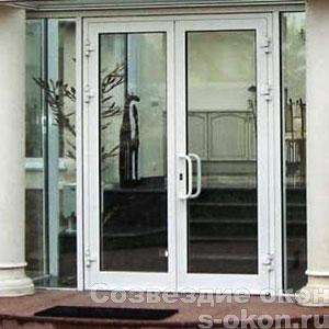 Белые входные двери со стеклом